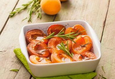 Abricots rôtis au romarin et vanille