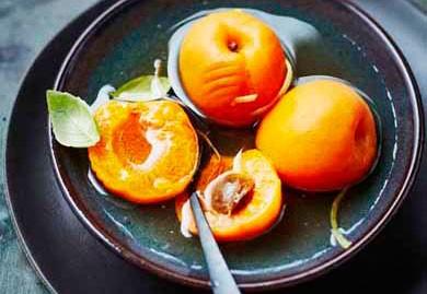Abricots pochés au vin blanc, citron et basilic