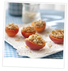 Abricots farcis d'une préparation à base de petits suisse et de biscuits aux amandes écrasés